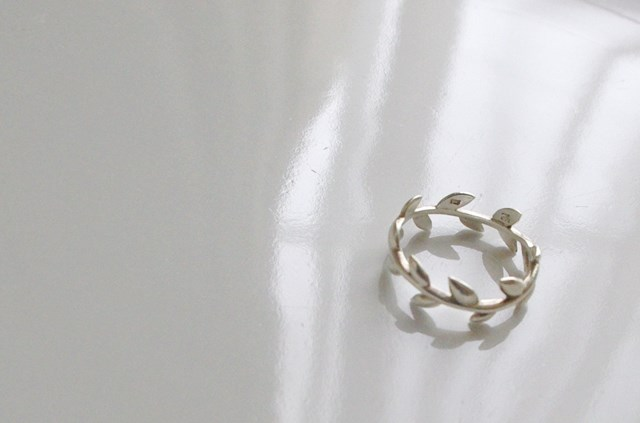 simple laurel wreath Ring